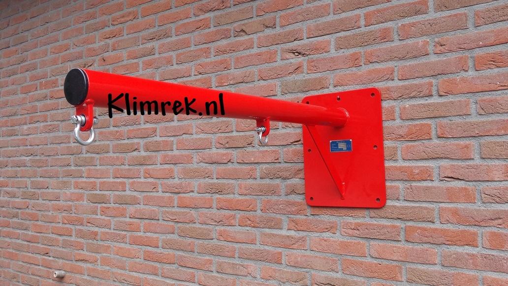 RAL3002-WallySwing®-schommel-muurschommel-schommelbuis-schommelpaal-wandschommel-gevelschommel-klimrek.nl